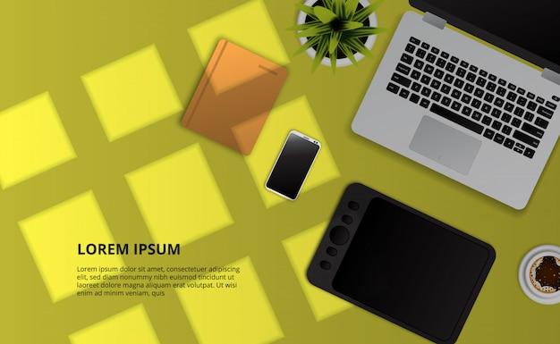 Computer portatile, nota, telefono, tavoletta grafica, pianta vista dall'alto sulla scrivania gialla con effetto luce solare di windows. Vettore Premium