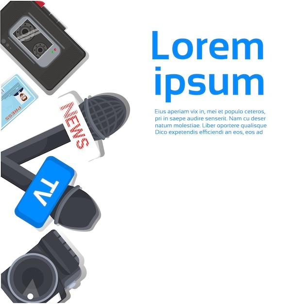 Concetto del posto di lavoro del giornalista della tv vista superiore dei microfoni, registratore Vettore Premium
