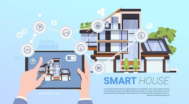 Concetto di gestione casa intelligente con le mani che tengono il dispositivo tablet Vettore Premium