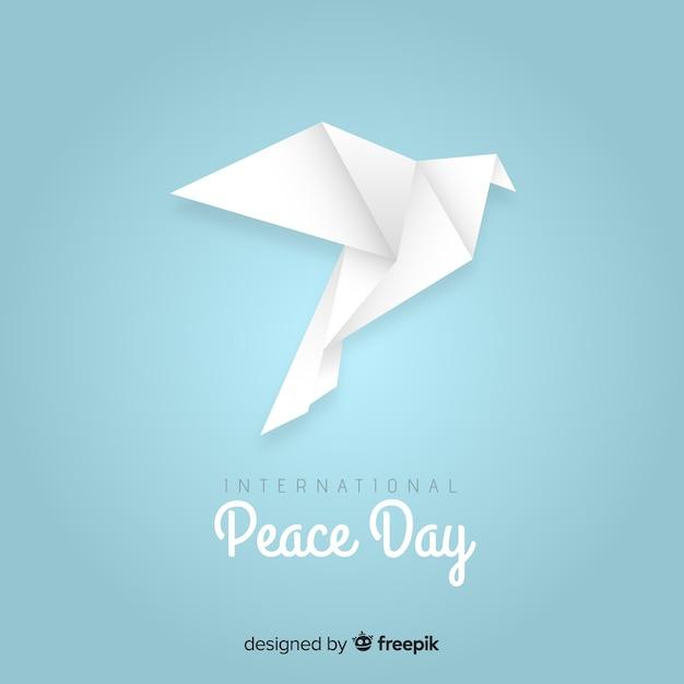Concetto di giorno di pace con origami colomba Vettore gratuito
