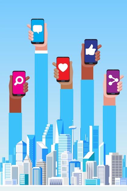 Concetto di social media. grattacieli e illustrazione delle mani Vettore Premium