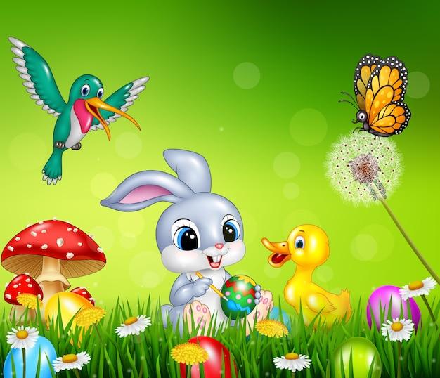 Coniglio Di Pasqua Con Uova Di Pasqua Decorate In Un Campo