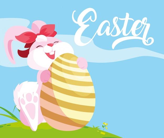 Coniglio femminile sveglio con l'uovo di pasqua in erba Vettore Premium