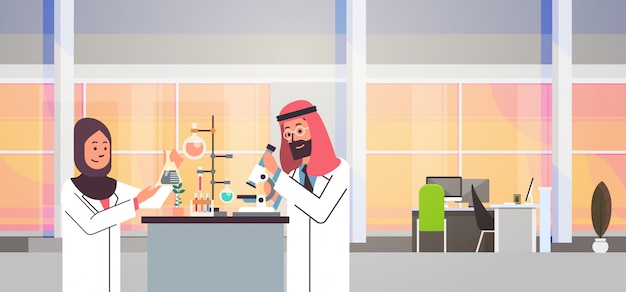 Coppia arabi scienziati che lavorano banner Vettore Premium