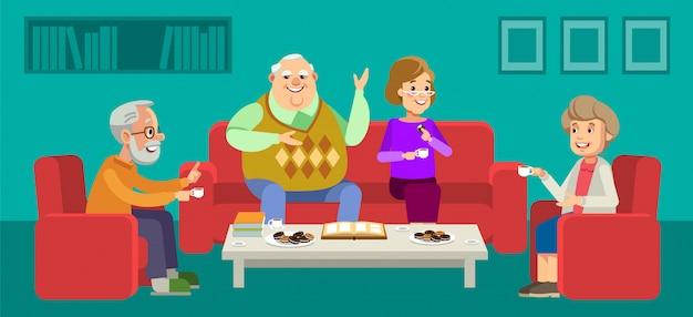 Coppia di anziani godendo la conversazione con gli ospiti davanti a una tazza di caffè a casa. Vettore Premium