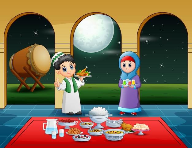 Coppia musulmana che prepara il cibo iftar al mese di ramadan Vettore Premium