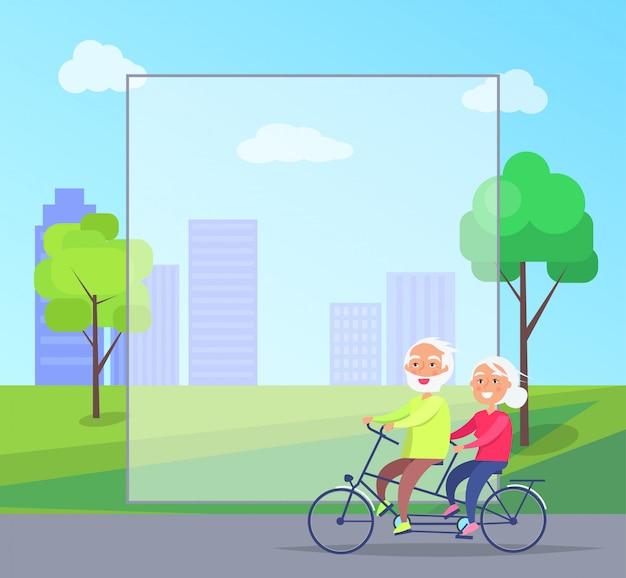 Coppie mature felici che guidano insieme sulla bici con il fondo del copyspace della struttura Vettore Premium