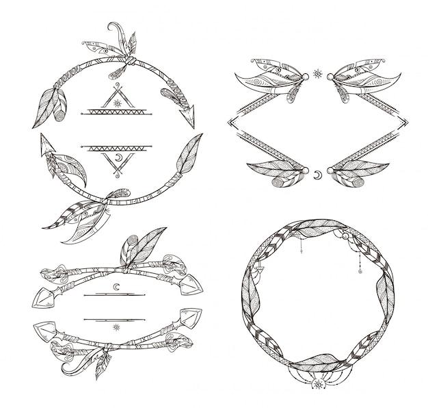 Cornici set di frecce di piume e altri elementi decorativi in stile boho. cornice vintage piuma et Vettore Premium