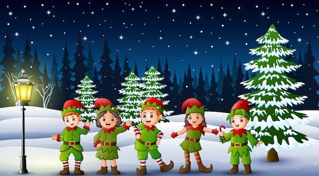 Costume da portare dell'elfo del bambino felice nella collina di nevicata Vettore Premium