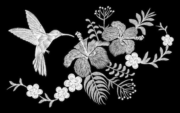 Disposizione floreale del ricamo tropicale del colibrì. palma esotica Vettore Premium