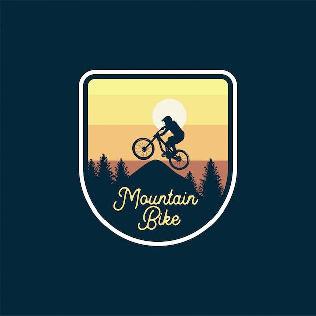 Distintivo del mountain bike salta il cielo giallo della siluetta. disegno patch logo segno Vettore Premium