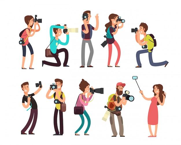 Divertente fotografo professionista con fotocamera prendendo foto in pose diverse personaggi dei cartoni animati Vettore Premium