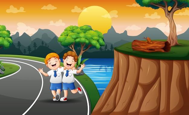 Divertenti due ragazzi che camminano a scuola Vettore Premium