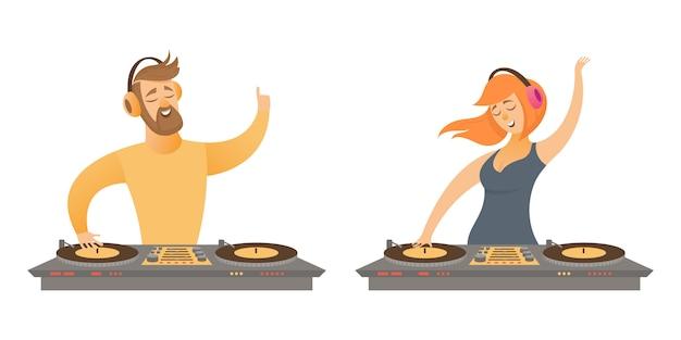 Dj suona e mixa musica. personaggio maschile e femminile in stile cartone animato isolato su sfondo bianco. Vettore Premium