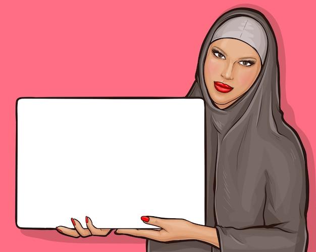 Donna araba in hijab con cartellone Vettore gratuito