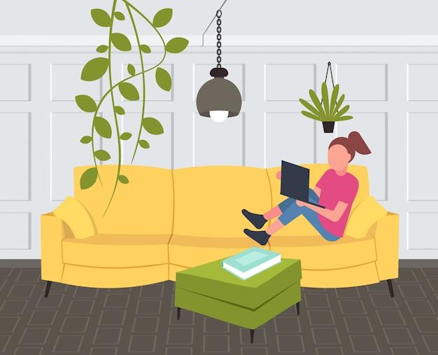 Donna che si siede sulla ragazza dello strato facendo uso integrale orizzontale orizzontale moderno domestico interno del salone contemporaneo portatile Vettore Premium
