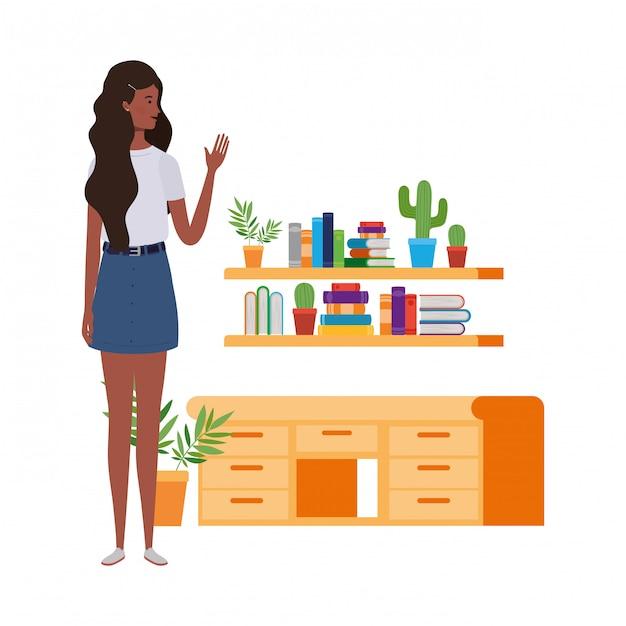 Donna che sta con lo scaffale per libri di legno e dei libri Vettore Premium