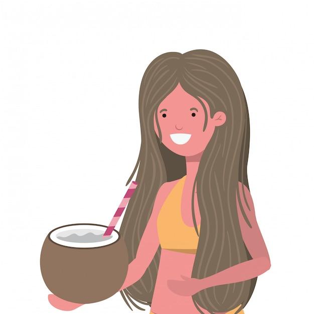 Donna con costume da bagno e acqua di cocco in mano Vettore gratuito