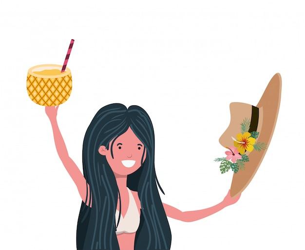 Donna con costume da bagno e ananas cocktail in mano Vettore gratuito