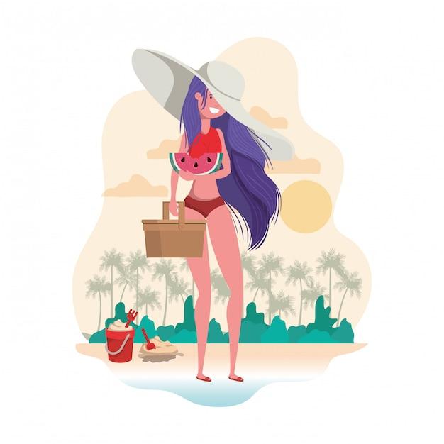 Donna con costume da bagno e porzione di anguria in mano Vettore gratuito