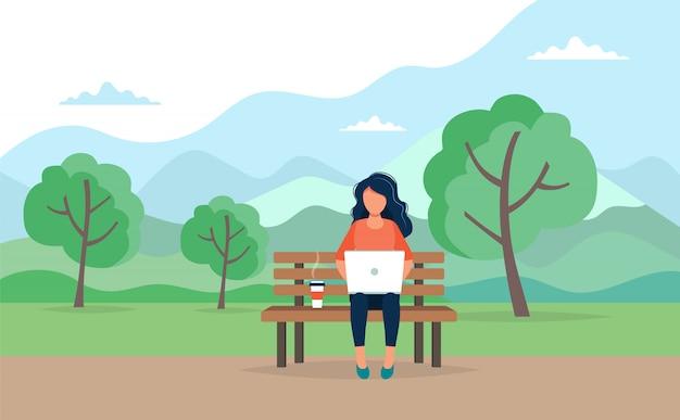 Donna con il computer portatile che si siede sul banco nel parco. illustrazione di concetto per freelance Vettore Premium