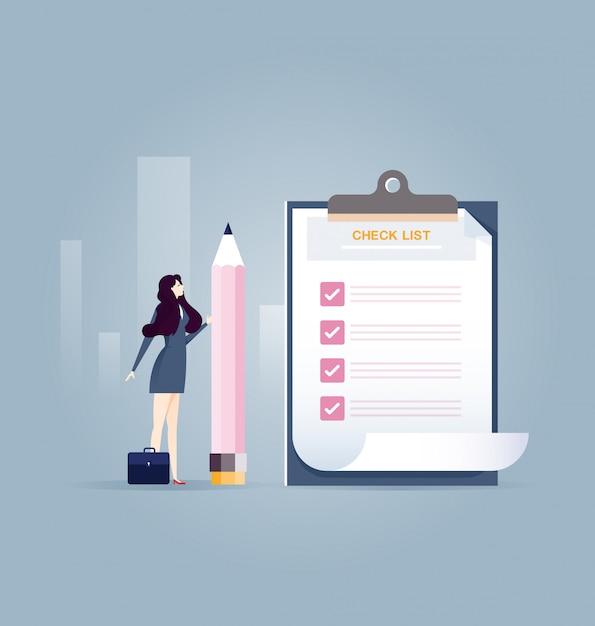 Donna di affari che tiene una matita vicino alla lista di controllo completata sulla lavagna per appunti - concetto di affari Vettore Premium