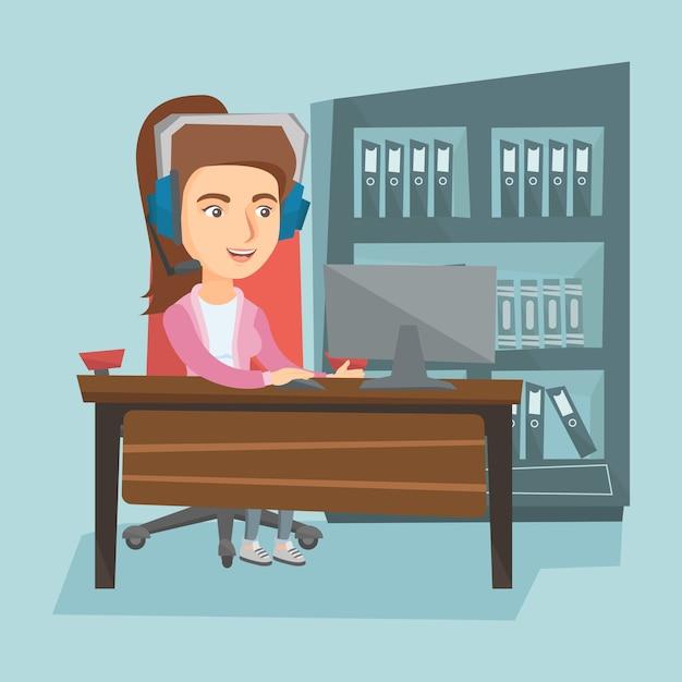 Donna di affari con la cuffia avricolare che lavora nell'ufficio. Vettore Premium