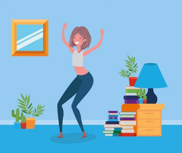 Donna felice nella stanza di studio Vettore gratuito