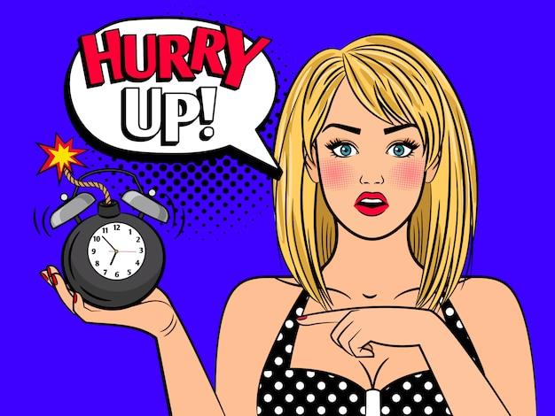 Donna pop art con bomba sveglia Vettore Premium