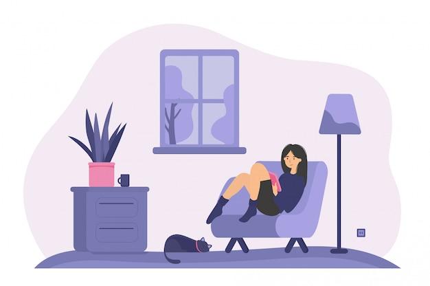 Donna rilassata che si siede in poltrona con il libro Vettore gratuito