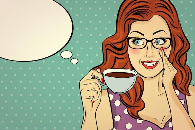 Donna sexy pop art con tazza di caffè. manifesto pubblicitario in stile fumetto. vettore Vettore Premium