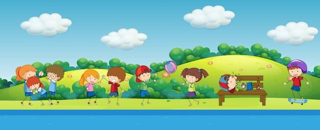 Doodle bambini che giocano nel parco Vettore gratuito