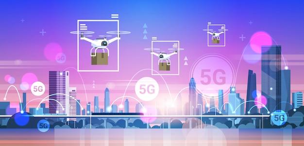 Droni che sorvolano il concetto di consegna espressa della connessione di sistemi wireless della rete di comunicazione online della città 5g Vettore Premium