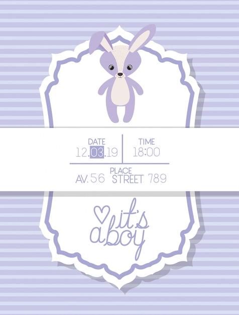È un ragazzo con una carta di baby shower con coniglio farcito Vettore gratuito