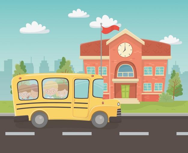 Edificio scolastico e autobus con bambini nella scena Vettore gratuito