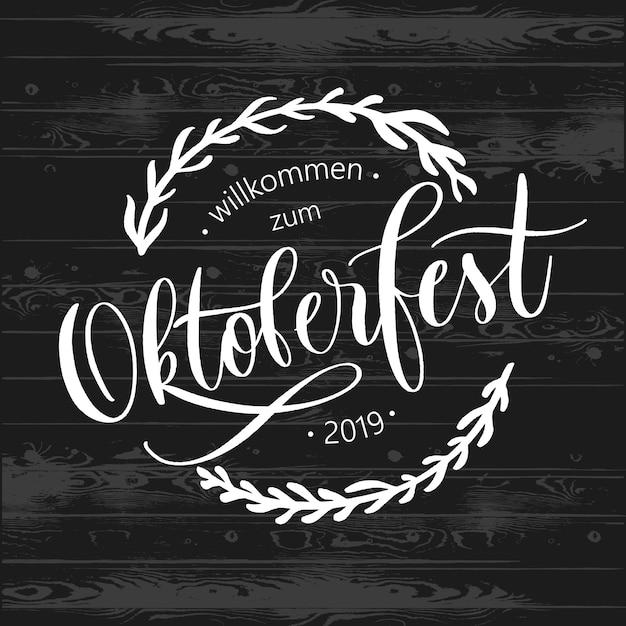 Emblema dell'iscrizione di tipografia festival birra oktoberfest. Vettore Premium