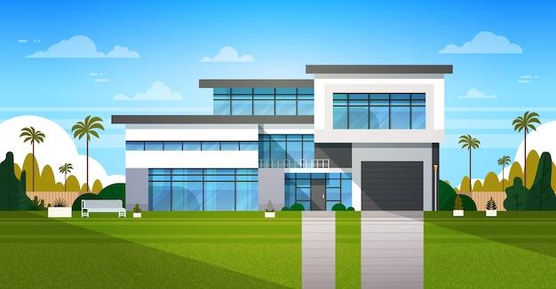 Esterno della casa del cottage con il bene immobile del cortile nel paesaggio del sobborgo Vettore Premium