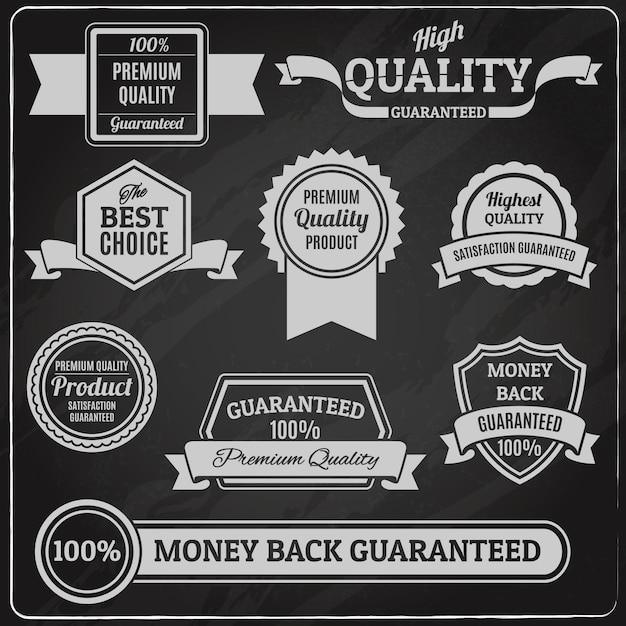 Etichette e distintivi di qualità impostati sulla lavagna Vettore gratuito