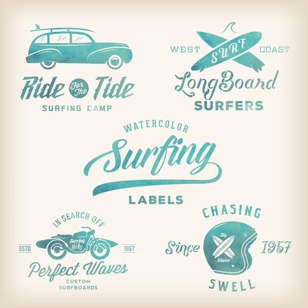 Etichette per il surf stile retrò dell'acquerello di vettore, loghi o t-shirt design grafico con tavole da surf, auto da surf woodie, silhouette di moto, casco ecc. Vettore Premium