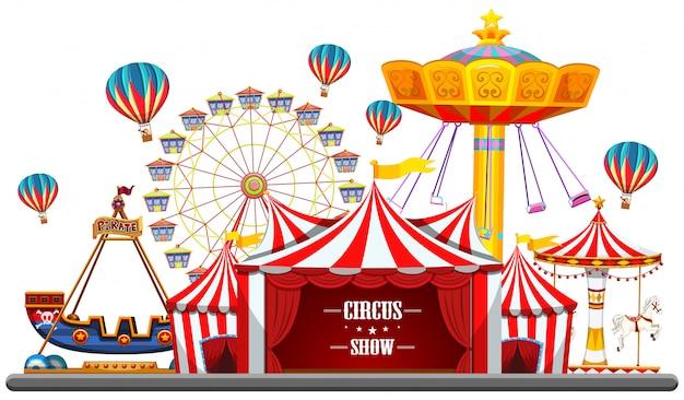 Evento circense con tende, ruota panoramica, giochi di corse, biglietteria nave pirata isolata Vettore gratuito