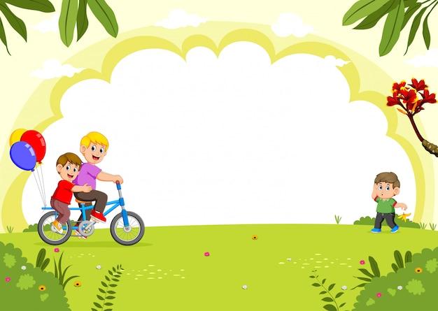 Famiglia felice in bicicletta nel parco della città Vettore Premium