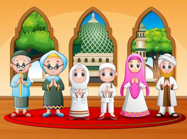 Famiglia musulmana felice che desidera alla moschea Vettore Premium