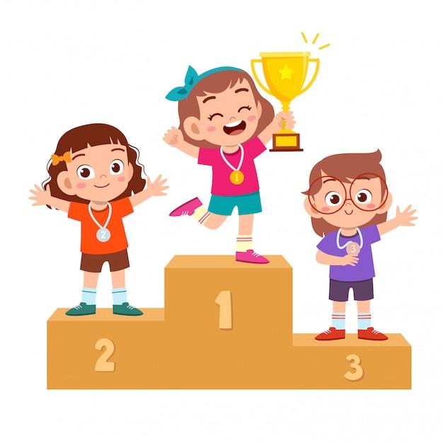 Felice bambino carino vincere il gioco trofeo d'oro Vettore Premium