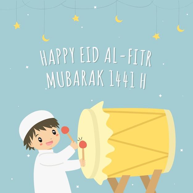 Felice eid al-fitr 1441 h carta vettoriale. ragazzo musulmano che colpisce bedug colorato giallo Vettore Premium