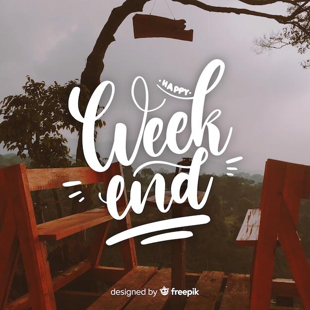 Felice fine settimana lettering con sfondo di fotografia Vettore gratuito