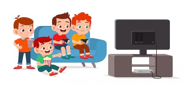 Felice ragazzo carino giocare insieme al videogioco Vettore Premium