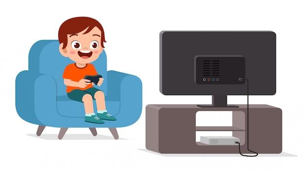 Felice ragazzo carino giocare solo al videogioco Vettore Premium