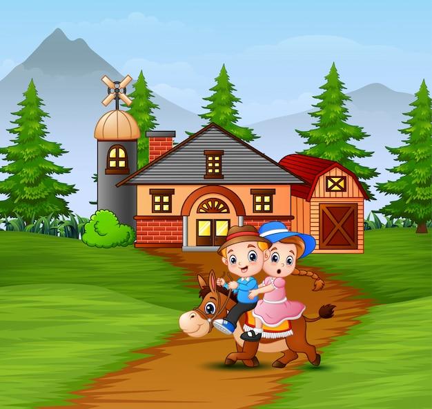 Felice ragazzo e ragazza a cavallo davanti alla fattoria Vettore Premium