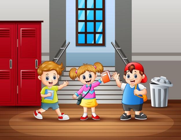 Felice studente al corridoio della scuola Vettore Premium