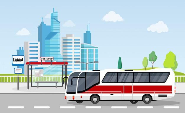 Fermata dell'autobus con segno e orario sullo sfondo della città con i grattacieli Vettore Premium